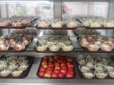 Každodenní nabídka zeleniny a ovoce formou salátového baru